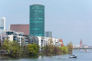 Deutschland, Hessen, Frankfurt, Häuserzeile an der Speicherstraße, mit dem Westhafen Tower.