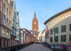 """Deutschland, Hessen, Frankfurt, """"Die Schirn"""" Kunstmuseum (rechts), Blick zum Kaiserdom."""