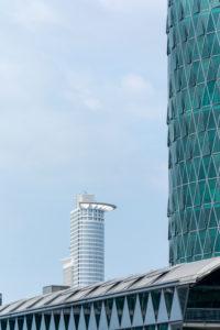 Deutschland, Hessen, Frankfurt, das Gebäude der DZ Bank vom Main aus gesehen.