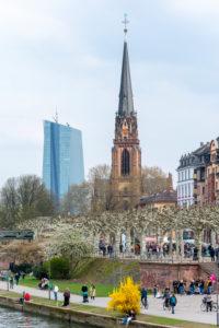 Deutschland, Hessen, Frankfurt, Blick zur Dreikönigskirche und der EZB.