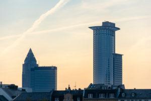 Deutschland, Hessen, Frankfurt, Frankfurter Skyline, DZ Bank Hochhaus, im Hintergrund der Messeturm.