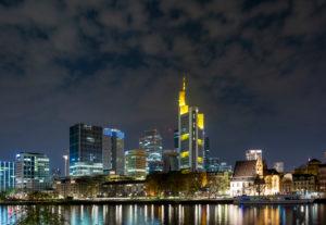 Deutschland, Hessen, Frankfurt, Frankfurter Skyline bei Nacht.
