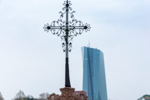 Germany, Hesse, Frankfurt, crucifix on the Alte Brücke in Frankfurt am Main.