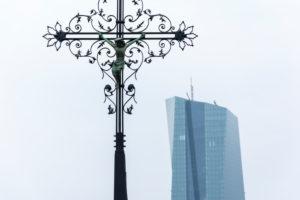 Deutschland, Hessen, Frankfurt, Kruzifix auf der Alten Brücke in Frankfurt am Main.