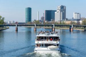 Deutschland, Hessen, Frankfurt, Ausflugsschiff auf dem Main. Im hintergrund die Untermainbrücke.