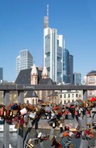 """Deutschland, Hessen, Frankfurt, Brücke der """"Eisener Steg"""" mit Liebesschlössern."""
