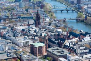 Deutschland, Hessen, Frankfurt, Blick vom Main Tower Richtung Paulskirche und Kaiserdom.