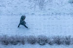 Deutschland, Baden-Württemberg, Karlsruhe, Fußgänger auf schneebedecktem Weg.