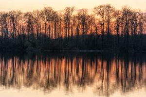 Deutschland, Baden-Württemberg, Karlsruhe, Abendstimmung am Grötzinger Baggersee.