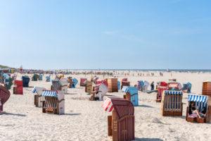 Deutschland, Niedersachsen, Ostfriesland, Juist, Hauptstrand mit Strandkörben.