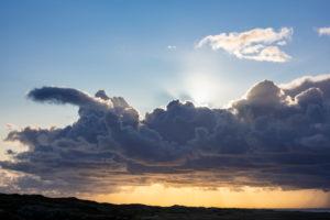 Deutschland, Niedersachsen, Juist, abendliche Wolkenstimmung über der Insel.