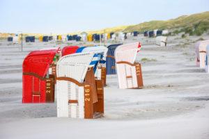 Deutschland, Niedersachsen, Ostfriesland, Juist, Strandkörbe am Strand