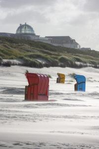 Deutschland, Niedersachsen, Ostfriesland, Juist, Strandkörbe im Wind.