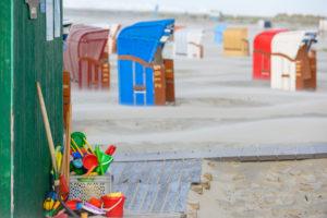 Deutschland, Niedersachsen, Ostfriesland, Juist, Sandelsachen für Kinder am Strand.