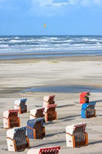 Deutschland, Niedersachsen, Ostfriesland, Juist, der Strand mit Strandkörben.