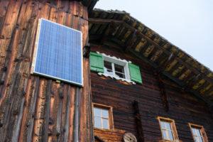 Österreich, Montafon, Berghütte mit Sonnenkollektor.