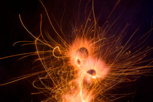 Silvester, Feuerwerkskörper, Feuerkreisel dreht sich auf dem Boden.