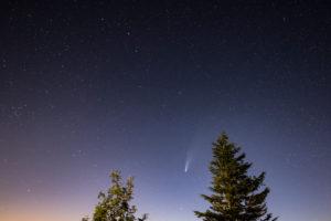 Deutschland, Baden-Württemberg, Schwarzwald, Hornisgrinde, C/2020 F3 (NEOWISE) ein Komet, der im Sommer 2020  zu beobachten war.