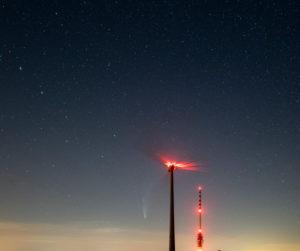 Deutschland, Baden-Württemberg, Schwarzwald, Hornisgrinde, C/2020 F3 (NEOWISE) ein Komet, der im Sommer 2020  zu beobachten war. Blick Richtung Nordwesten.