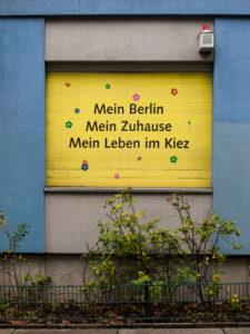 Mein Berlin, mein Zuhause, mein Leben im Kiez - Rollladen einer Wohnungsbaugenossenschaft, Berlin, Deutschland