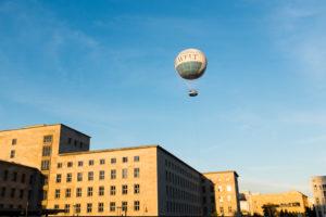 HiFlyer Ballon über dem Bundesministerium für Finanzen, Mitte, Berlin, Deutschland