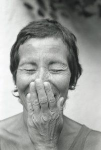 Frau, mittleres Alter, lachen, Hand  vorhalten, Porträt, s/w