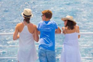 Geschwister, von hinten, Reling, Meer