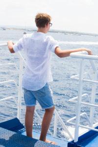 Junge, stehe, Boot, von hinten