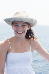 Mädchen mit Sonnenhut, lachen, Halbportrait