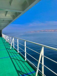 Fähre, Geländer, Mittelmeer, Morgensonne, Himmel, Leere, Küste, Felsen, Boden, Schiff, Weite, Reise, Blau, Grün,