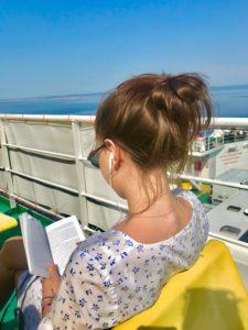 Fähre, Morgenlicht, Buch, lesen, Kopfhörer, Mittelmeer, Brille, Musik, sitzen, junge Frau, Kleid, Sonne, Geländer, Himmel