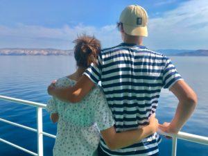 Blick in die Ferne, Küste, Schiff, Meer, Geländer, umarmen, Rückansicht, Geschwister, junge Frau und Mann, Sonne, Sommer, Fähre, Urlaub, Sehnsucht, Morgenlicht