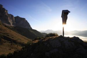 Austria, Tyrol, Wilder Kaiser, Baumgartenkopf wood-cross back light autumn Alps, mountains, Kaiser-mountains, mountain scenery, Bergpanorma, summit, cross, summit-cross, sun, symbol, silence, silence, loneliness, deserted, isolation, leaves idyll, high mountain regions,