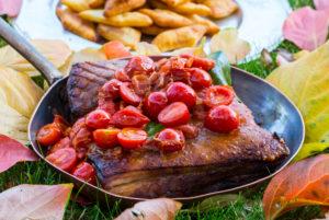 Geschmorter Schweinebauch mit Tomaten, Speise im Romantik Hotel Turm, Völs am Schlern, Seiser Alm, Eisacktal, Südtirol, Italien