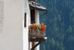 Typischer Balkon, Guarda, Gemeinde Scuol, Unterengadin, Graubünden, Schweiz