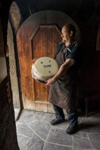 Herstellung von Stöcklikäse, Emmentaler Schaukäserei, Affoltern, Kanton Bern, Schweiz