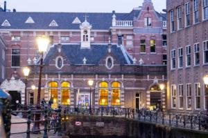Univerare sitting of Amsterdam, Grimburgwal, dusk, Amsterdam, Holland, Netherlands