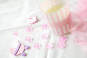verschiedene rosafarbene Bastelutensilien auf einem Tisch
