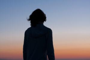 Rückansicht einer Frau im Sonnenuntergang