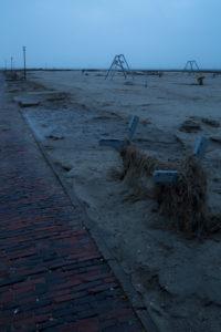 menschenleerer Strand am frühen Morgen
