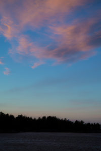 Farbspiel des Himmels über einem See im Sommer