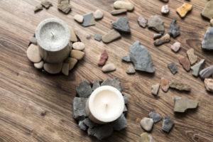 selbstgebastelte Steinuntersetzer mit Kerzen