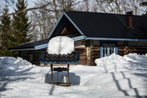 eingeschneites Haus im Winter