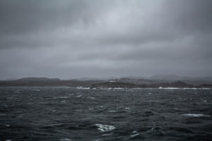 Blick auf Stavernsodden Fyr, bei schlechtem Wetter