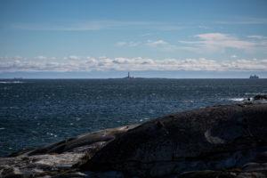 Blick auf Færder Fyr und zwei Fähren, blauer Himmel