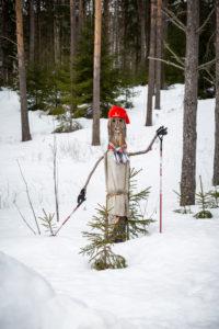 Langläufer aus Holz im Schnee, Vasaloppet