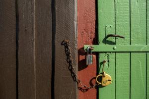 mehrfach gesicherte Holztür