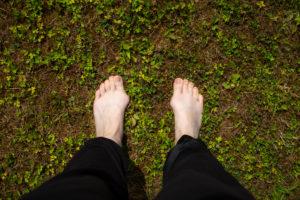 Füße mit Hallux Valgus im Gras