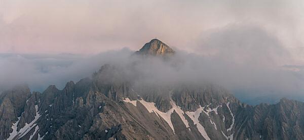 Blick auf die Reither Spitze (2374 m) im Karwendel Gebirge bei Sonnenuntergang.