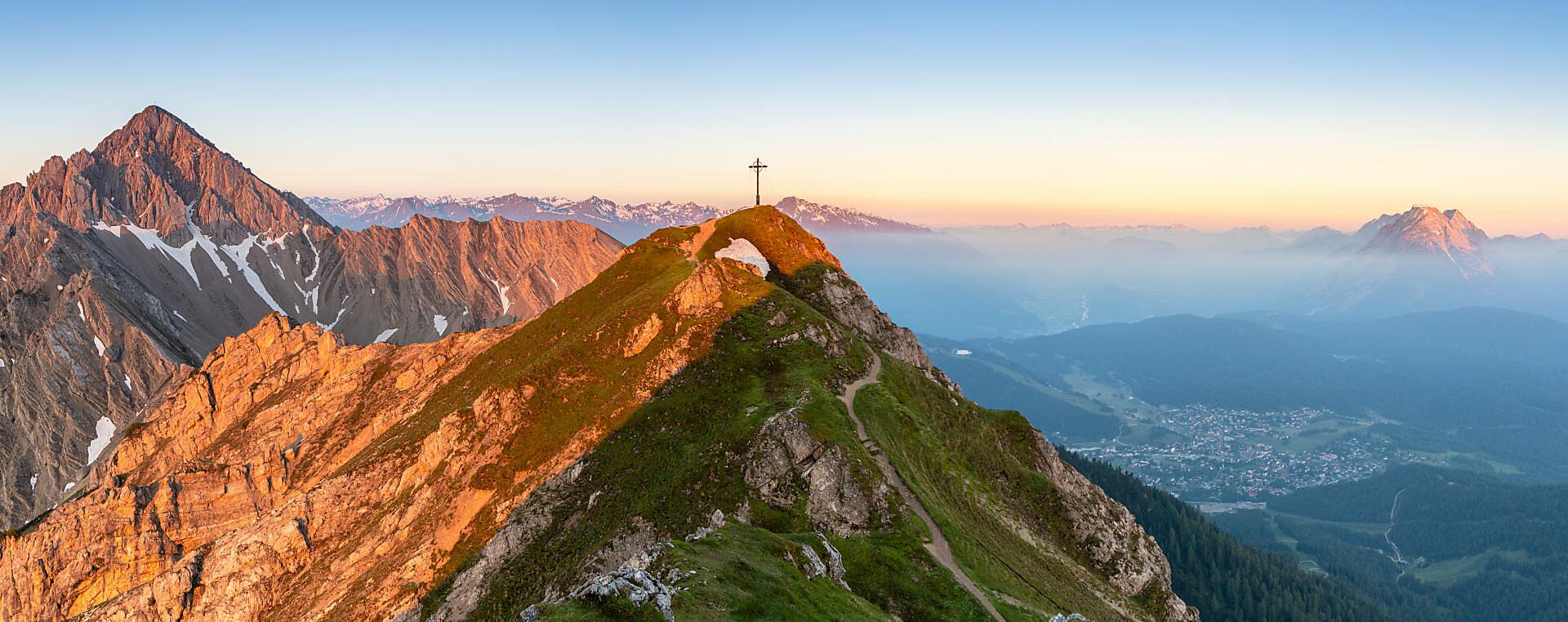 Blick auf die Reither Spitze (2374 m) und die Seefelder Spitze (2221 m) im Karwendel Gebirge kurz nach Sonnenaufgang.
